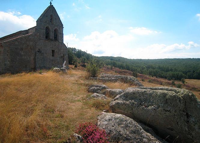 Iglesia de San Martin junto anecroplis medieval - QUINTANILLA DE LA BERZOSA - Fotografía cedida por: Canduela. Slide realizado por www.disenafacyl.es