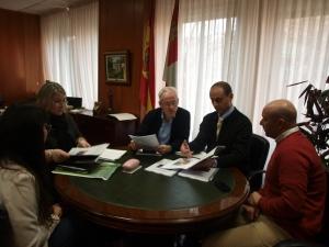 La regidora con el delegado, el director de la excavación y el jefe de Cultura. DP